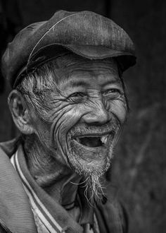 I met this happy Hmong on the road between Mu Cang Chai and Yen Bai (North Vietnam). Photo by Réhahn Croquevielle -- National Geographic Your Shot Beautiful Smile, Beautiful People, Old Man Portrait, Old Man Face, National Geographic Photography, Old Faces, Face Expressions, Interesting Faces, Happy People