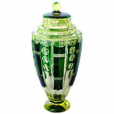 Val Saint Lambert , époque ca 1925 : vase couvert art deco en cristal taillé teinté urane doublé vert. Hauteur : 31 cm.