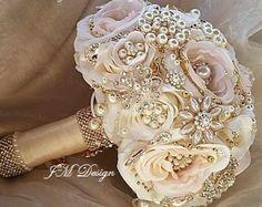 Gold Bouquet, Bouquet En Cascade, Broschen Bouquets, Bouquet Bleu, Gold Wedding Bouquets, Crystal Bouquet, Pink And Gold Wedding, Wedding Brooch Bouquets, Bridesmaid Bouquet