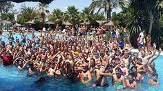 Foto de familia en la piscina tropical