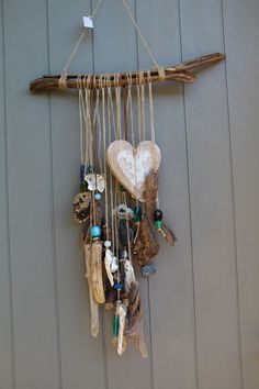 Bohemian cell phone with large pieces of driftwood, wooden heart shells with . Bohemian cell phone with large pieces of driftwood, wooden heart . Seashell Crafts, Beach Crafts, Diy Crafts, Driftwood Mobile, Driftwood Art, Carillons Diy, Driftwood Projects, Diy Wind Chimes, Wooden Hearts