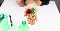 Elle récupère des goulots de bouteilles de plastique! Ce qu'elle en fait est trop amusant!