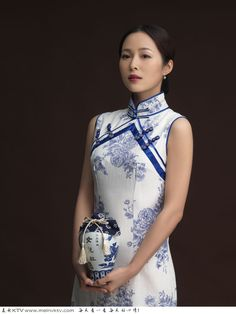 blue and white porcelain qipao Traditional Chinese, Traditional Dresses, Chinese Gown, Beach Girls, Cheongsam, How To Feel Beautiful, Beauty Women, Asian Girl, Bodycon Dress