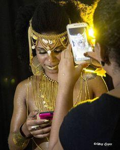 Make dourada que fiz pro ensaio da musa  @pretapires / Fotografia da expert @meg.lopes  #carnaval #carnavaldorj #dourado #brilho #porpurina #maquiagemartistica #maquiagemprofissional #fotografia #ensaio #makingof  #glitter #batomdourado #maquiagemcorporal #sombras #ensaioartistico #mulheres #poderosas #makeup #makeupartistic #boanoite #musadosblocos #musadocaciquederamos #afro