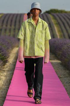 Jacquemus Spring 2020 Ready-to-Wear Fashion Show Jacquemus Spring 2020 Ready-to-Wear Collection – Vogue Runway Fashion, High Fashion, Fashion Show, Mens Fashion, Fashion Outfits, Fashion Design, Sandro, Alexander Wang, Male Fashion Trends