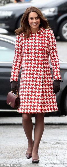 Nine times out of you'll see Kate Middleton wearing a perfectly tailored coat. The Duchess of Cambridge seems to own every single color, print, and Kate Middleton Outfits, Kate Middleton Twins, Looks Kate Middleton, Estilo Kate Middleton, Princesa Kate Middleton, Kate Middleton Fashion, Herzogin Von Cambridge, Catherine Walker, Houndstooth Coat