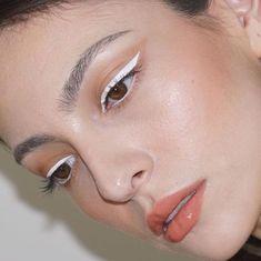 Como usar lápis de olho branco - ideias com o delineado que está em alta No Eyeliner Makeup, Skin Makeup, Makeup Art, Color Eyeliner, Natural Eyeliner, Eyeliner Ideas, Simple Eyeliner, Eyeliner Tutorial, Eyeliner Styles