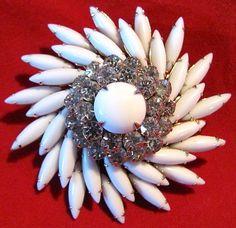 Beautiful Vintage Signed Judy Lee Milk Glass Rhinestone & Gold Tone Pin Brooch