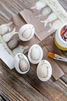 DIY Ostereier gestalten mit Serviettentechnik, DIY, Pomponetti The post DIY & Ostern Cool Easter Eggs, Easter Crafts For Kids, Easter Gift, Mason Jar Crafts, Mason Jar Diy, Decoupage, Diy Hanging Shelves, Diy Ostern, Egg Decorating