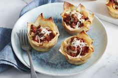 Try our easy-to-make Mini Lasagna Bites recipe that's a twist on classic lasagna by replacing lasagna noodles with won ton wrappers. This delicious lasagna recipe is sure to become a new family favourite. Lasagna Bites, Lasagna Cups, Lasagna Recipes, Appetizer Recipes, Appetizers, Appetizer Party, Pate Won Ton, Mini Lasagne, Scallop Appetizer
