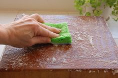 I have a giant cutting board that I never know how to clean. This is a perfect way to sanitize that nasty thing! Cleaning Painted Walls, Cleaning Wood, House Cleaning Tips, Cleaning Hacks, Cleaning Products, Baking Soda Cleaning, Clean Baking Pans, Diy Cutting Board, Wood Cutting Boards