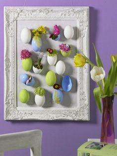 Ein Bilderrahmen, leere Eier, etwas Farbe, ein paar Blumen und ferig ist diese süße Wanddeko für Ostern. #DIY