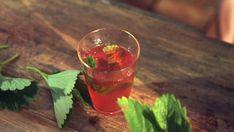 Jahodovo-bazalkový ledový čaj // ingredience: • zelený či černý sypaný čaj, • ½ kila jahod nakrájených na půlky nebo čtvrtky, • voda, • lžička cukru, šálek nasekané čerstvé, • bazalky, • led