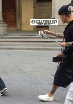 Justin Sexy Bieber Uses Asian Selfie Extender Stick While On Holiday In Florence, Italy With Daddy! - http://oceanup.com/2014/10/07/justin-sexy-bieber-uses-asian-selfie-extender-stick-while-on-holiday-in-florence-italy-with-daddy/