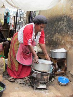 Una mujer en el tugurio ugandés de Katwe usa una cocina mejorada y eficiente para reducir el uso de carbón. Estos artefactos se distribuyen en Uganda como parte de proyectos para la reducción de emisiones. Crédito: Wambi Michael/IPS. | Negociadores de los países menos adelantados reclaman que la ONU establezca con un urgencia un fondo para salvar del colapso al Mecanismo de Desarrollo Lim | http://www.ipsnoticias.net/2013/11/paises-pobres-al-rescate-del-mecanismo-de-desarrollo-limpio/