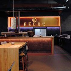 Kaunis metallinen valaisin valkoisena tai mustana esim pöydänpäälle.Sopii hyvin niin ravintolaan ja kotiin. Valo tulee valaisimen reistä V Max, Deco