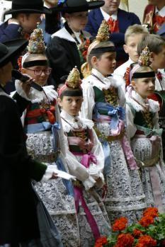 ledige Mädchen mit Spitzenkrone, Trachten, Gröden, Val Gardena, St. Ulrich, Ortisei