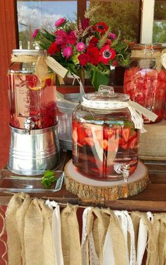 Flavored water drink station at a country rustic rehearsal dinner party! See more party planning ideas at Flavored water drink station at a country rustic rehearsal dinner party! See more party planning ideas at Rustic Rehearsal Dinners, Rehearsal Dinner Decorations, Wedding Rehearsal, Bbq Party Decorations, Rehearsal Dinner Bbq, Country Party Decorations, Burlap Party, Deco Champetre, Birthday Dinners