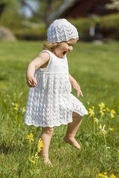 Kjole med jakke og lue til jenter 0 - 8 år - av Tusen Ideer Stock Art, Baby Knitting Patterns, Cotton Dresses, Free Pattern, Flower Girl Dresses, Wedding Dresses, Crochet, Projects, Bb