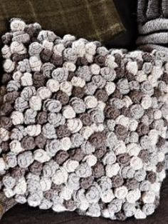 Rowan Crochet Swirl Cushion (Free) in Free Crochet Patterns at Webs Crochet Diy, Bag Crochet, Crochet Home, Love Crochet, Crochet Crafts, Crochet Projects, Crochet Ideas, Crochet Cushion Cover, Crochet Cushions
