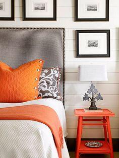 健康的でエネルギーが湧いてくるような、眩しいオレンジ色のベッドルーム。全体的にオレンジ色を配置するのではなく、部分的に配置することがポイントです。寒々しい北側や東側の部屋にもおすすめですよ!