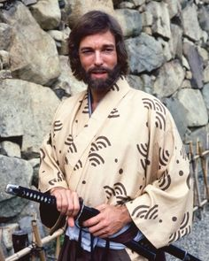 Richard Chamberlain US actor wearing a kimono and holding a samurai sword in-a publicity portrait for the TV miniseries Shogun Blythe Danner, Rachel Ward, Linda Evans, Richard Chamberlain, Glenn Close, Joan Collins, Will Turner, Oscar Wilde, Twin Peaks