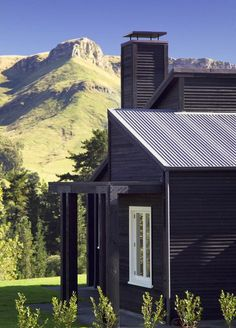 Black Dog Cottage in New Zealand. Stunning architecture against a breathtaking backdrop.