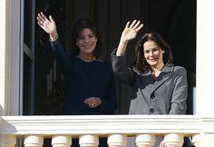 Fürstin Charlène + Fürst Albert: Prinzessin Caroline und ihre Schwester Stéphanie winken vom Palastbalkon.