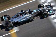 Gp Spagna, qualifiche: Hamilton vola, Ferrari giù