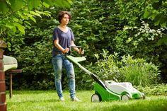 Basis für einen dichten, sattgrünen Teppich: Bei der Rasenpflege haben Freizeitgärtner einige Kniffe zu beachten.