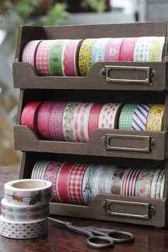 マスキングテープにぴったりのサイズのボックスもたくさん発売されています。 こちらは重ねておけるタイプなので場所もとらずコンパクト。