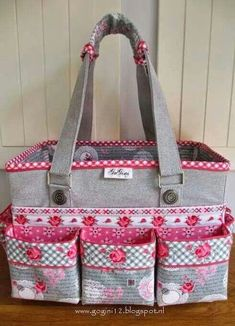 Sewing Fabric Bags Gifts 27 Ideas For 2019 Patchwork Bags, Quilted Bag, Patchwork Quilting, Patchwork Ideas, Bag Quilt, Diy Bags Purses, Organize Fabric, Craft Bags, Bag Patterns To Sew