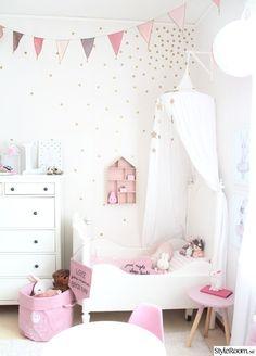 Dotterns rum, vintage stil, blandning mellan gammalt och lite nytt här kan ni även se mina posters och egna gjorda wall stickers. Sängen är en favorit som är antik som jag målade om vit och alla andra små detaljer som gör hela rummet mysigt. . . . . .