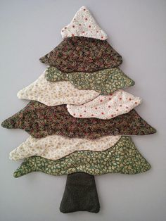 Con esas telas que siempre sobran en las labores de patchwork podemos hacer este árbol o uno parecido.