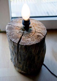 9 toffe #DIY #lampen: #boomstronklamp een fitting met #lamp en #snoer in een #boomstronk gemonteerd.