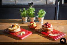 Pancakes presentation for brunch setup. Custom breakfast dinnerware designed by Glass Studio Breakfast Presentation, Food Presentation, Plate Design, Dinnerware Sets, Food Styling, Pancakes, Brunch, Plates, Dishes