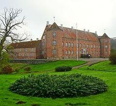 Rugård, Djurs, Jylland - Navnet nævnes første gang i 1183. Den har oprindeligt ligget i landsbyen Rosmus, og hørte indtil reformationen under Øm Kloster. Den nuværende hovedbygning ved Nørresø er opført omkring 1580-1590 af Hans Arenfeldt. Rugård er nok mest kendt for hekseprocesserne i 1680'erne under Jørgen Arenfeldt, kendt som Heksejægeren på Rugård.