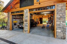 I love the Transom over the Garage Doors. Beautifully done! Craftsman Garage And Shed by King Building & Remodeling LLC