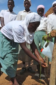 Testing the Tippy Tap during WASH United´s WASH in schools training. (Uganda)