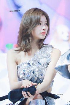 Kpop Girl Groups, Korean Girl Groups, Kpop Girls, Kpop Hair Color, Twice Jyp, Sana Momo, Sana Minatozaki, Twice Sana, Haircut And Color