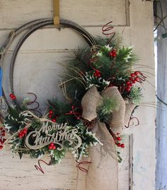 Glitter and Grit - western cowboy Christmas wreath made with a lariat rope and burlap Country Christmas Decorations, Holiday Centerpieces, Xmas Decorations, Western Christmas, Outdoor Christmas, Western Wreaths, Cowboys Wreath, Rope Decor, Cowboy Crafts