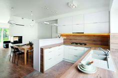 Dziś trudno uwierzyć w to, jak dom wyglądał kiedyś. Kuchnia ma spójną z salonem…