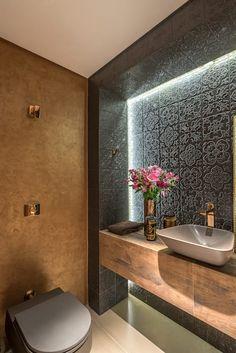 Decoração de banheiro fantástica. O revestimento do banheiro escuro ficou incrível quando harmonizado com a madeira. Inspires-se!