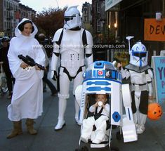 Star Wars family (stroller via coolest homemade costumes Star Wars Halloween, Costume Halloween, First Halloween, Disney Halloween, Halloween Party, Halloween Couples, Group Halloween, Halloween 2018, Homemade Costumes
