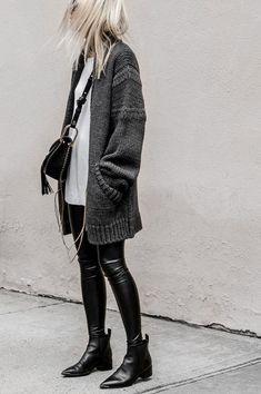 A paleta indispensável do branco, cinza e preto é certeira na hora de compor o outfit. Com camiseta branca e cardigã cinza, o visual fica moderno e incrível. it-girl - calça-couro-cardigan - calça-couro - inverno - street style