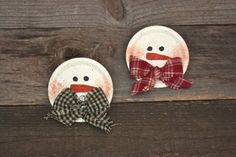 metal plate snowman craft I'm thinking the flat part from mason jar rings (left over from pumpkin decor) could be used to make snowman ornaments. Primitive Crafts, Primitive Christmas, Country Christmas, Christmas Snowman, Winter Christmas, Christmas Holidays, Primitive Snowmen, Jar Lid Crafts, Tin Can Crafts