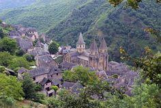 Conques, Francia, con un importante patrimonio arquitectónico medieval, en el que destaca la Abadía románica de Sainte - Foy.