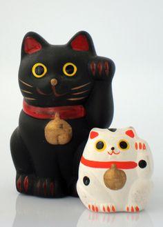 """MANEKI NEKO, también conocido como """"gato de la suerte"""" o """"gato de la fortuna"""", es una popular escultura japonesa, la cual se dice que trae buena suerte a su dueño."""