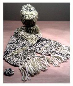 Bufanda, gorro y broche de lana tejido con dos agujas.