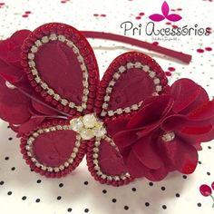 Lindeza define! Tiara com flores, borboleta e detalhes de strass!!! ❤️❤️